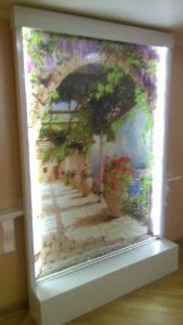 Водопад по стеклу с фоновым изображением